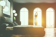 Het grijze overspannen binnenland van de venstersslaapkamer, affiche, meisje Stock Afbeelding
