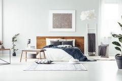 Het grijze schilderen in ruime slaapkamer stock fotografie