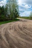 het grintweg van het land met oud en gebroken asfalt royalty-vrije stock afbeeldingen
