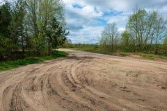het grintweg van het land met oud en gebroken asfalt royalty-vrije stock afbeelding