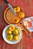 Het groenachtig gele hybride fruitkruis van pruim en abrikoos riep Pluots, apriums, apriplums, of plumcots Royalty-vrije Stock Afbeelding