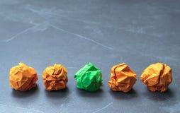 Het Groenboek zette in het midden van oranje documenten het voor idee c Stock Foto