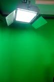 Het groene binnenland van de het schermstudio met schijnwerpers Royalty-vrije Stock Foto