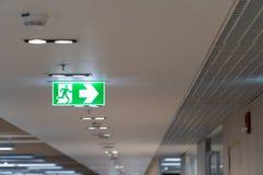 Het groene brandtrapteken hangt op het plafond in het bureau royalty-vrije stock afbeeldingen
