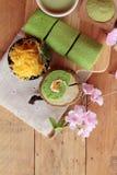 Het groene broodje van de theecake en matcha groene thee Stock Foto's
