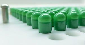 Het groene capsulas samenstellen stock foto's