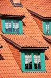 Het groene dak van de geveltoppen rode tegel royalty-vrije stock foto's