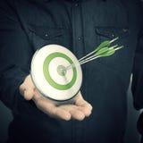 Het Groene Doel van de mensenholding - Marketing Oplossingenconcept Royalty-vrije Stock Afbeeldingen