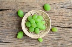 Het groene fruit van de groenten in het zuurmyrobalaan stock foto