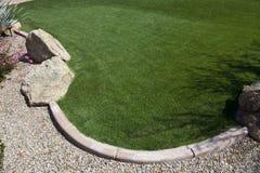 Het groene Gazon van het Gras met Stenen en Rotsen Stock Afbeeldingen