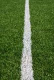 Het groene gras van het voetbalgebied met witte geschilderde lijn Royalty-vrije Stock Foto