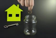 Het groene huis bespaart geld Een kruik met euro of dollar stock fotografie