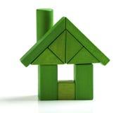 Het groene huis, energierendementhuis bewaart hitte en ecologiestuk speelgoed Stock Fotografie