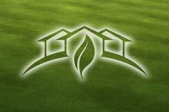 Het Groene Huis van Ghosted over het Verse Gras van de Besnoeiing Stock Afbeeldingen