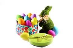 Het groene konijn van de graspaashaas met een giftdoos met de kleurrijke eieren van Pasen Royalty-vrije Stock Afbeelding
