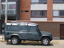 Het groene Land Rover Defender met witte bovenkant parkeerde in Miraflores-district van Lima Stock Afbeeldingen