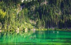 Het groene Meer in bergen Stock Foto's