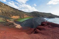 Het groene meer van Gr Golfo en vulkanische kustlijn, Lanzarote, Spanje stock afbeeldingen
