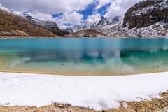 Het groene melkmeer wordt omringd door sneeuw op de bergen in Yading-Natuurreservaat Royalty-vrije Stock Afbeeldingen