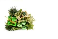 Het groene ornament van Kerstmis dat op wit wordt geïsoleerd stock afbeelding