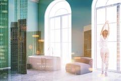 Het groene overspannen binnenland van de venstersbadkamers, vrouw Stock Foto