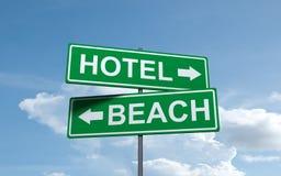 Het groene richtingteken van het hotelstrand stock fotografie