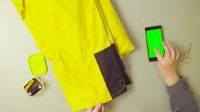 Het groene scherm Handen van oude vrouwen naaiende broek stock video