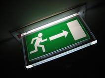 Het groene Teken van de Uitgang op Plafond Stock Fotografie