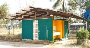 Het groene toilet met Thaise de bouwstijl in lokaal Thailand Stock Afbeeldingen