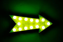 Het groene uitstekende heldere en kleurrijke verlichte teken van de vertoningspijl Stock Afbeelding