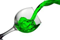 Het groene water giet in een glas op een witte achtergrond Royalty-vrije Stock Foto