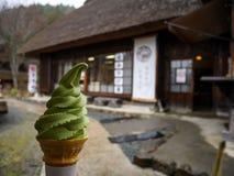 Het groene zachte theeroomijs dient kegel met traditionele Japanse ho Stock Afbeelding