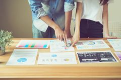 Het groepswerk analyseert het werkstrategieën Om de beste manier te vinden om een bedrijf te kweken royalty-vrije stock foto's