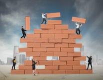 Het groepswerk bouwt nieuwe zaken stock foto