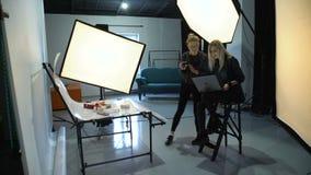 Het groepswerk van de coulissefotografie bespreekt levensstijl stock videobeelden