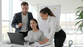 Het groepswerk van zakenlui op laptop in bestuurskamer, Brainstormingsbeambten op computer in Zaken centreert,