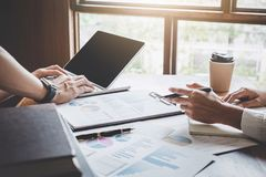 Het groepswerkproces, Commercieel team ontmoet en bespreekt marketing het rapport van de planstrategie analyseren financieel bij  stock afbeeldingen