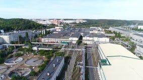 Het grondgebied van de fabriek van een hoogte stock video