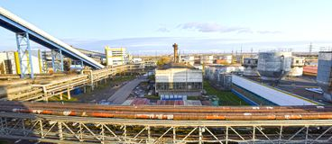 Het grondgebied van een industriële onderneming Brandstof en olietanks het doorweven van reusachtige, industriële pijpen in de fa stock foto's