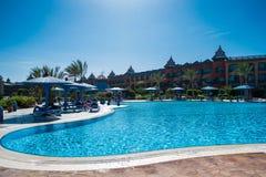 Het grondgebied van het hotel droomt strandtoevlucht met grote pool Stock Afbeeldingen