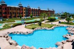 Het grondgebied van hotel droomt strandtoevlucht met grote pool, Egypte Stock Fotografie