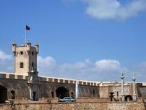 Het Grondwetsvierkant is één van de belangrijkste vierkanten van Cadiz Op dit is vierkant de beroemde Aarden Poort en Aardetoren royalty-vrije stock foto's