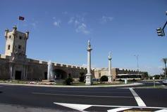 Het Grondwetsvierkant is één van de belangrijkste vierkanten van Cadiz Op dit is vierkant de beroemde Aarden Poort en Aardetoren royalty-vrije stock afbeeldingen