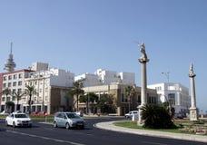 Het Grondwetsvierkant is één van de belangrijkste vierkanten van Cadiz Op dit is vierkant de beroemde Aarden Poort en Aardetoren stock afbeelding