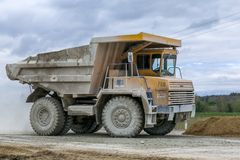 Het groot-gele vervoer van de de vrachtwagensopbrengst van de steengroevestortplaats van mineralen Stock Foto