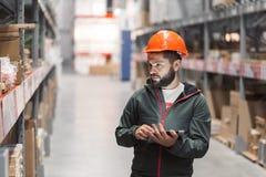 In het groot, logistisch, mensen en de uitvoerconcept - manager of supervisor met tablet bij pakhuis stock afbeelding