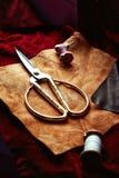 In het groot stof De samenstelling van bruine van de vanilleleer en schoen toebehoren Stock Foto