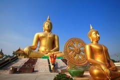 Het grootste standbeeld van Boedha in Wat muang, Thailand Stock Foto's