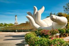 Het grootste standbeeld van de godin Guanyin op de witte hand van Boedha in Nanshan-Park Sanya, Hainan stock fotografie