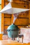 Het grote apparaat van de eigrill Rokende grill in het restaurant stock afbeeldingen